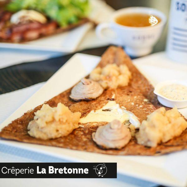 Galette appétissante avec morceaux d'andouille Crêperie La-Bretonne.com
