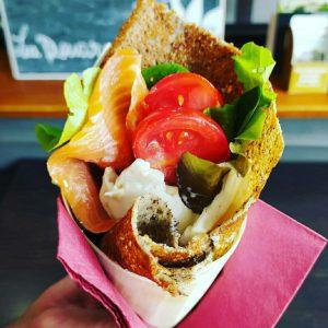 Galette avec salade et saumon Crêperie La-Bretonne.com