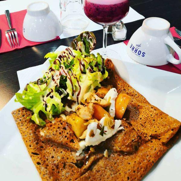 Galette avec salade et poulet Crêperie La-Bretonne.com