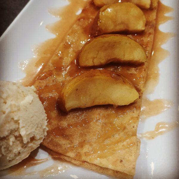 Crepe appétissante avec pommes et glace Crêperie La-Bretonne.com