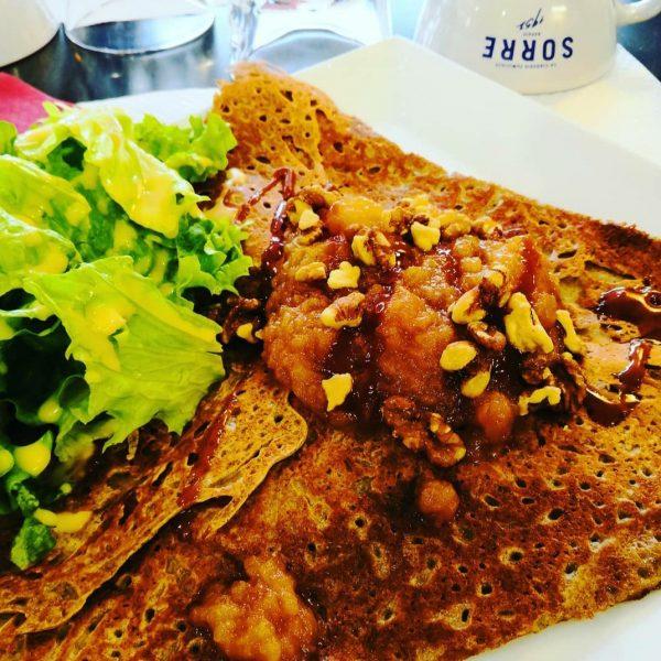 Galette appétissante avec salade Crêperie La-Bretonne.com