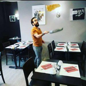 Cuisinier faisant tourner une crêpe Crêperie La-Bretonne.com